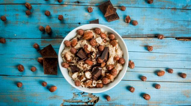Eine Schale Müsli mit Schokolade/Kakao.