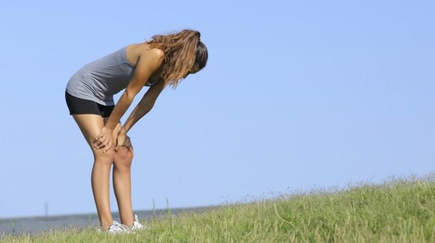 Das Bild zeigt eine junge Frau, die nach dem Sport ermüdet ist.