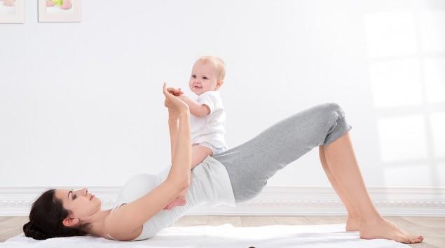 Mutter macht Gymnastik mit ihrem Kind.