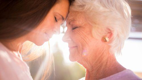 Eine Seniorin und ihre Tochter.