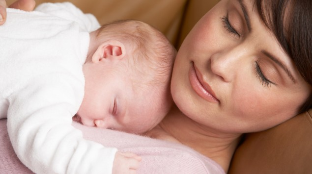 Mutter und Neugeborenes schlafen.