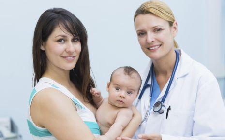 Man sieht eine Mutter mit ihrem kleinem Baby beim Arzt.