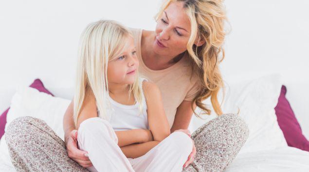 Eine Mutter spricht mit iherer Tochter.