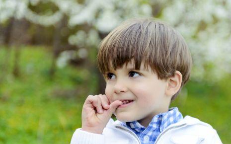 Meist kein Problem: Viele Kinder kauen auf den Nägeln – und hören von allein wieder auf.
