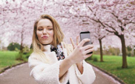 Eine junge Frau macht ein Selfie.