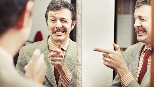 Narzisst blickt sich in mehreren Spiegeln mehrfach selbst an