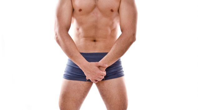 Das Bild zeigt einen Mann in Unterwäsche, der sich den Schritt hält und schreit.