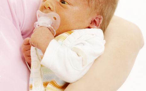 Meist unbedenklich: Mehr als die Hälfte aller ansonsten gesunden Neugeborenen hat in den ersten Tagen eine harmlose Neugeborenengelbsucht.