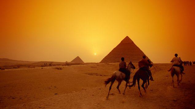 Das BIld zeigt zwei Pyramiden im Sonnenuntergang.