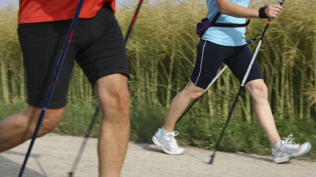 Zwei Personen beim Nordic Walking
