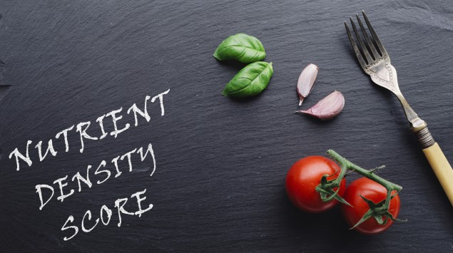 Das Bild zeigt eine Tafel mit Basilikum, Tomaten und Knoblauch.