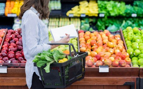 Fructoseintoleranz: Man sieht eine Frau in der Obstabteilung eines Supermarktes.