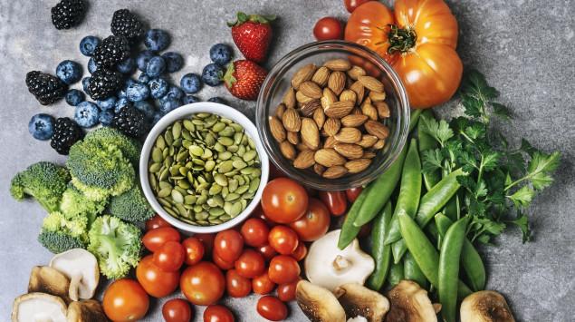 Pflanzliche Lebensmittel enthalten viele wertvolle Nährstoffe, bei rein veganer Ernährung können aber Mängel auftreten.