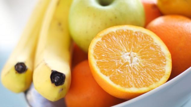 Man sieht eine Schale mit Orangen, Bananen und anderem Obst. Muss man sich nach dem schälen die Hände waschen?