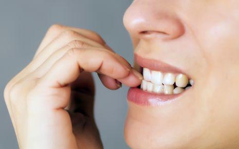 Abreagieren: Hinter Nägelkauen kann Stress oder eine Zwangsstörung stecken.
