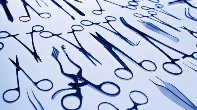 Man sieht verschiedene chirurgische Werkzeuge.