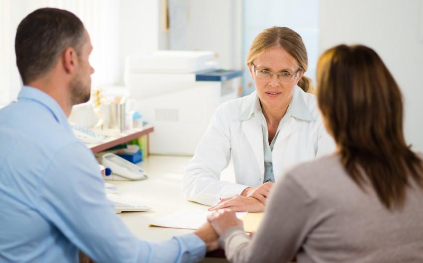 Nach Möglichkeit bezieht der Arzt Angehörige in die Therapie ein.
