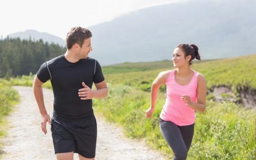 Ein junges Paar joggt.