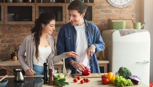 Ein Paar kocht gemeinsam ein Gemüsegericht