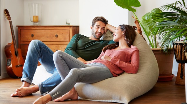 Ein junges Paar unterhält sich.