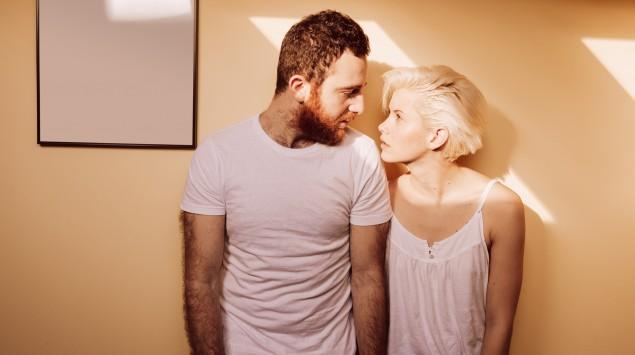 Ein Paar in Schlafkleidung: Sowohl beim Mann als auch bei der Frau bildet sich Smegma.