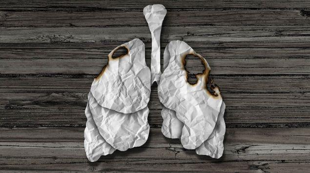 Das Bild zeigt eine Lunge aus Papier mit Brandlöchern.