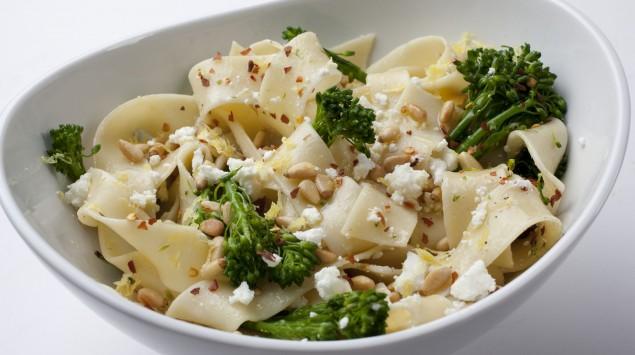 Teller Pasta mit Pinienkernen und Petersilie