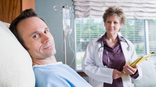 Das Bild zeigt einen Patienten, der im Krankenhaus liegt.