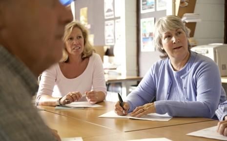 Zu Beginn der Therapie erfahren Betroffene in einer Schulung mehr über die Erkrankung Fibromyalgie.