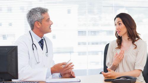 Eine Patientin im Gespräch mit einem Arzt.