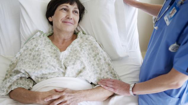 Eine Patientin liegt im Krankenhausbett. Insgesamt gibt es in deutschen Krankenhäusern etwa 497.000 Betten, davon 28.000 auf Intensivstationen.
