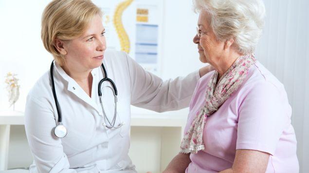 Man sieht eine ältere Frau bei einer Ärztin.