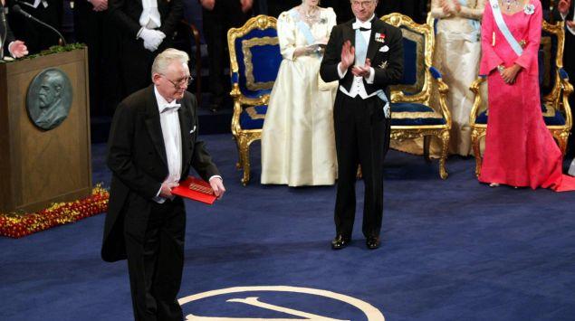 Man sieht Sir Peter Mansfield bei der Nobelpreisverleihung.