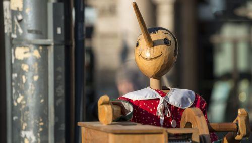 Eine Pinnocchio-Puppe aus Holz.