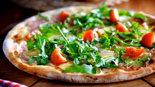 Pizza mit Rucola und Tomaten