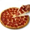 Das Bild zeigt eine Pizza mit Salami.