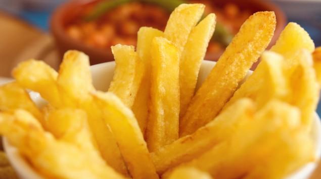 Man sieht Pommes frites in einer Schale.