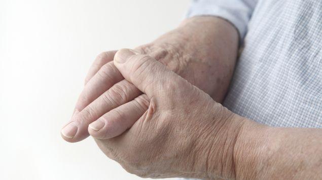 Das Bild zeigt eine ältere Person, die ihre Finger hält.