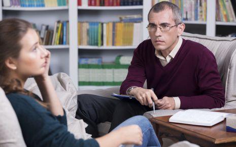 Ein Psychologe im Gespräch mit einer Klientin.
