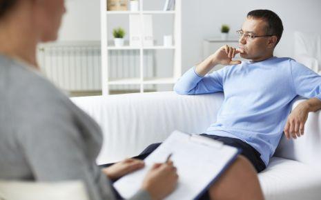 Eine Psychologin im Gespräch mit einem Patienten.