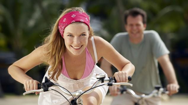 Frau und Mann beim Radfahren