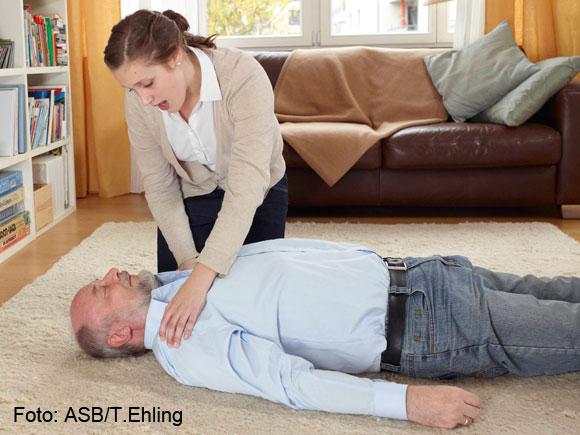 1. Sprechen Sie die Person an, rütteln Sie an ihren Schultern!
