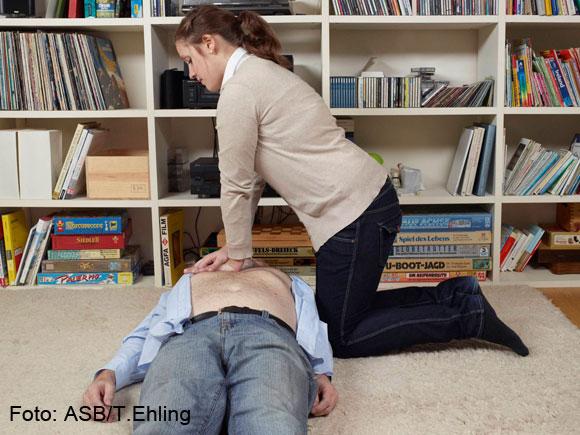 4. Person atmet nicht: Machen Sie 30-mal eine Herzdruckmassage!