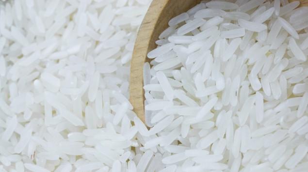 Holzschale und Reiskörner