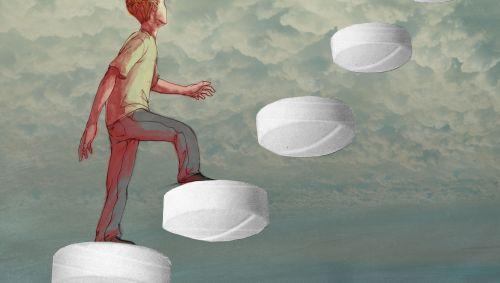Illustration: Ein Mann geht eine Leiter hinauf, die aus Tabletten besteht und in den wolkigen Himmel führt.
