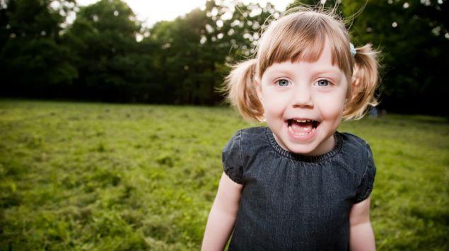 Das Bild zeigt ein lachendes Mädchen.