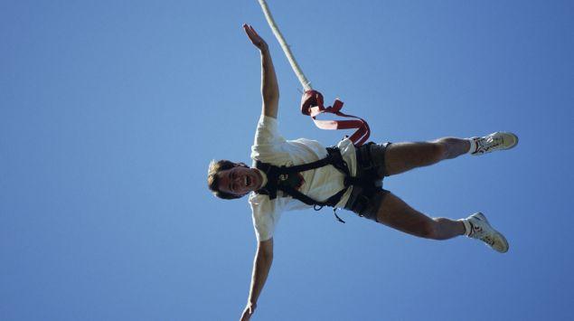 Das Bild zeigt einen Bungee-Jumper.