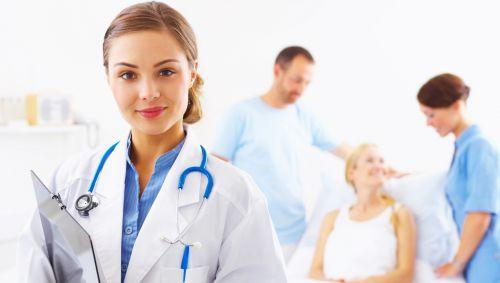 Man sieht eine junge Ärztin mit Stethoskop.
