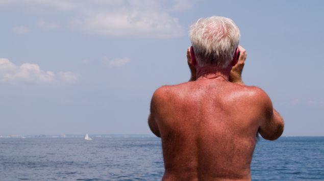 Das Bild zeigt den Rücken eines älteren Mannes.