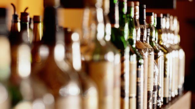Das Bild zeigt eine Reihe von Flaschen mit Alkohol.